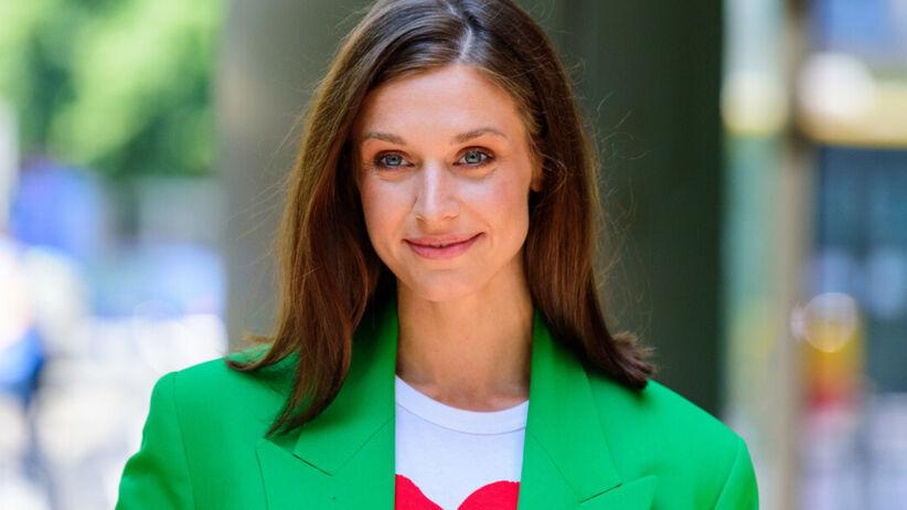 Julia Kamińska uśmiechnięta w zielonej marynarce