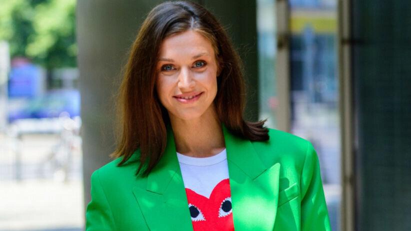 Julia Kamińska z pięknymi włosami w zielonej marynarce