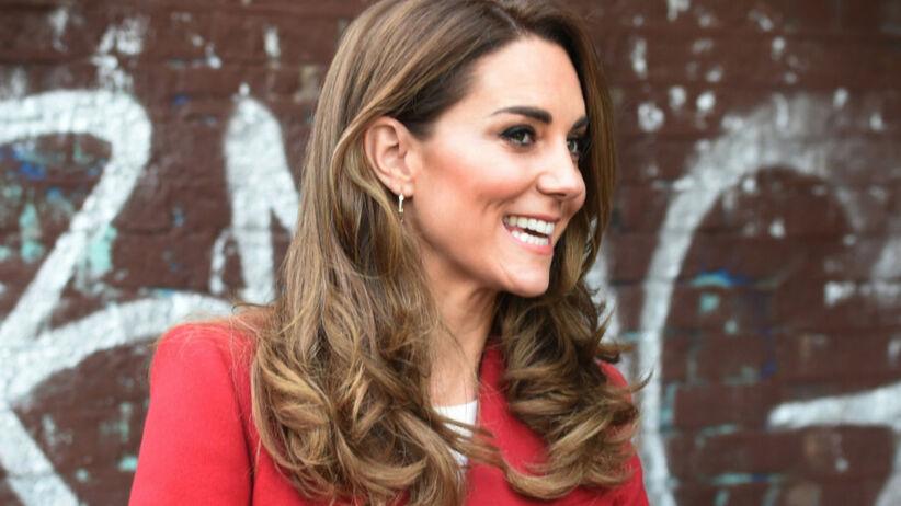 Księżna Kate uśmiechnięta w czerwonym płaszczu