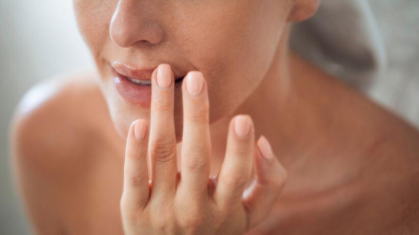 Kobieta pielęgnuje swoje usta