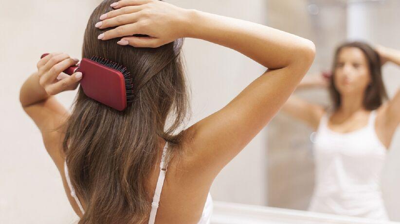 Odżywka do włosów w sprayu ułatwiająca rozczesywanie. Kupisz ją za mniej niż 9 zł