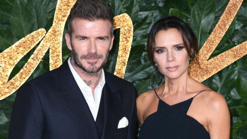 Victoria Beckham w czarnej sukience i David Beckham w garniturze na czerwonym dywanie
