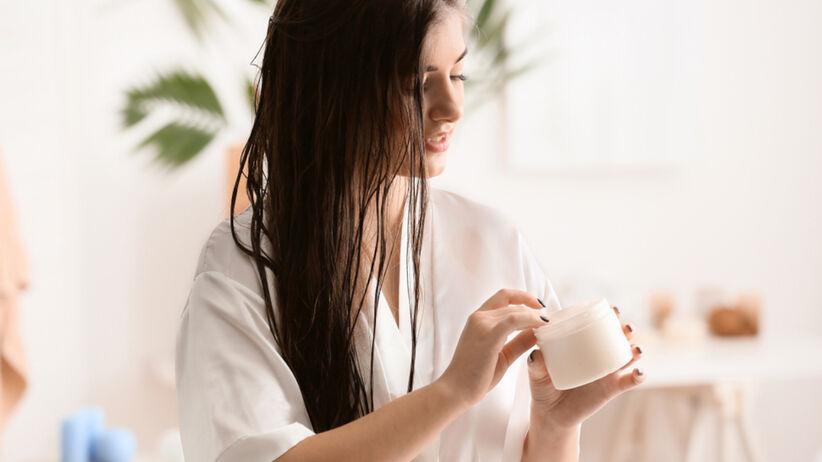 Kobieta z mokrymi włosami i maską do włosów