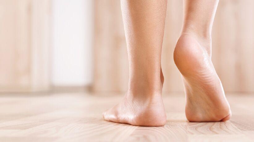 Ten peeling wygładzi i zregeneruje twoje stopy. Kupisz go w Rossmannie za mniej niż 10 zł