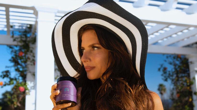 Weronika Rosati z produktem marki Lajuu