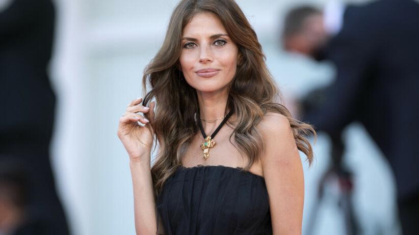 Weronika Rosati w czarnej sukni na czerwonym dywanie