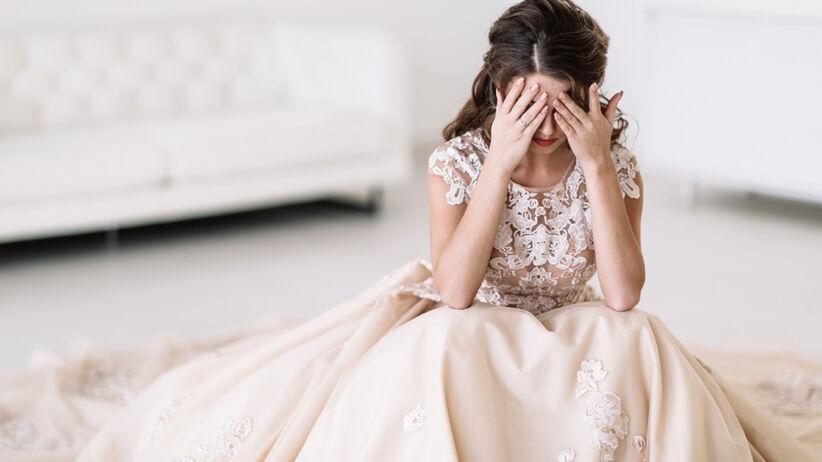 Panna młoda w sukni ślubnej boi się ślubu