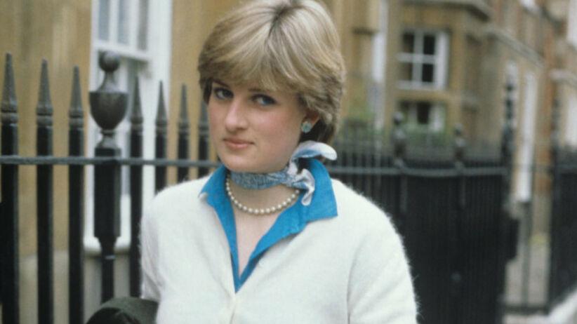 Księżna Diana w niebieskiej koszuli, białym sweterku i z chustką na szyi