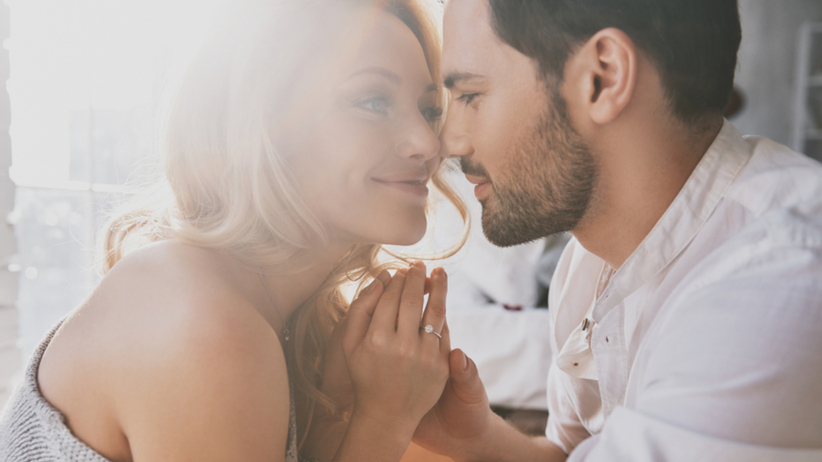 Para zakochanych obchodzi bawełnianą rocznicę ślubu