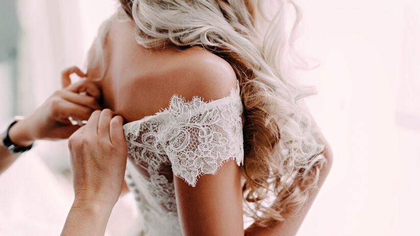 Kobieta mierzy wymarzoną suknię ślubną
