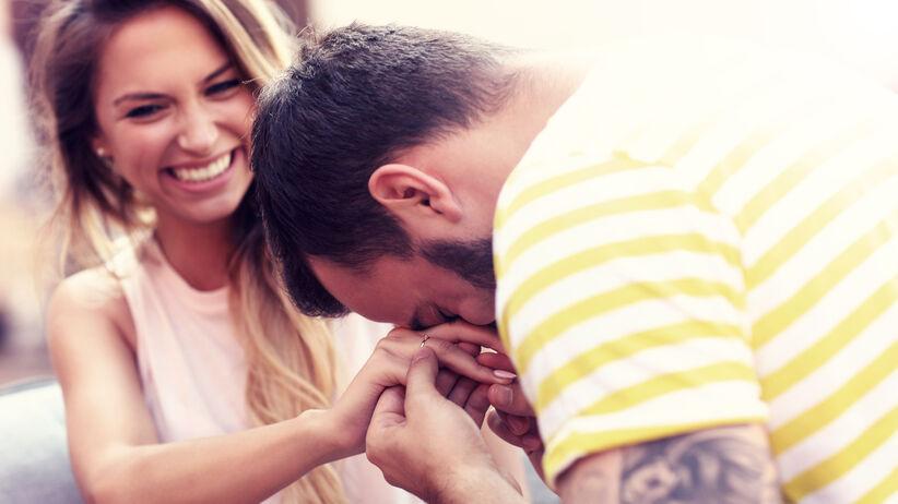 Szczęśliwa kobieta i mężczyzna, który jej się oświadcza