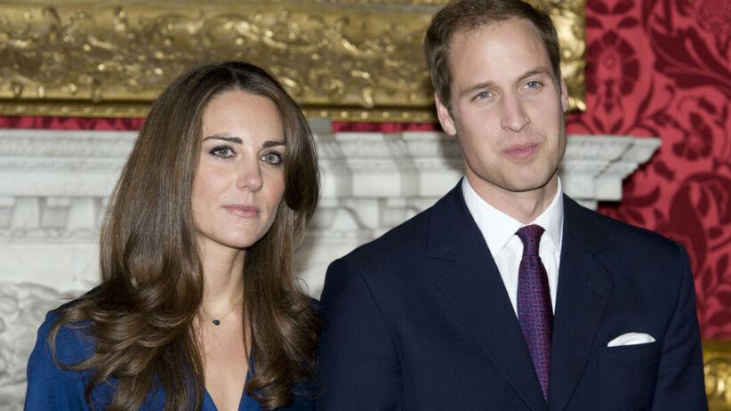 Księżna Kate w niebieskiej sukience i książę William w garniturze podczas ogłaszania zaręczyn