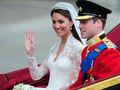 Księżna Kate w sukni ślubnej, tiarze, welonie i diamentowych kolczykach jedzie powozem z księciem Williamem u boku po ich ślubie