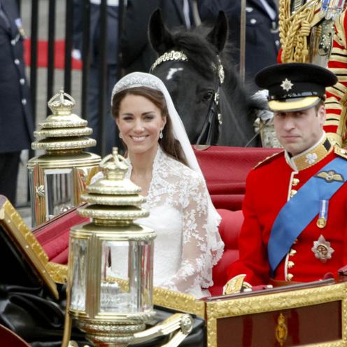 Księżna Kate w sukni ślubnej i książę William w mundurze jadą powozem na swój ślub