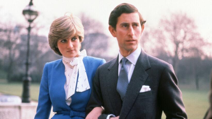 Księżna Diana z pierścionkiem zaręczynowym trzyma księcia Karola pod ramię