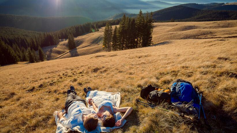 Para zakochanych w podróży poślubnej w górach