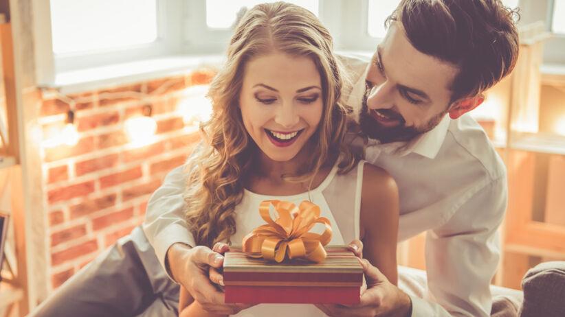 Mężczyzna daje ukochanej prezent na rocznicę ślubu