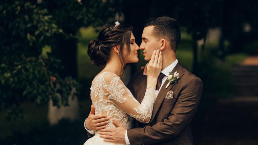 Młoda para podczas sesji ślubnej w sukni ślubnej i garniturze