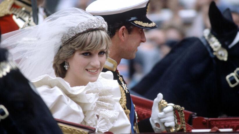 Diana i Karol w drodze z kościoła po swoim ślubie