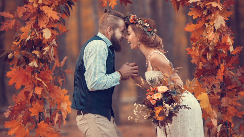 Para młoda podczas jesiennego wesela