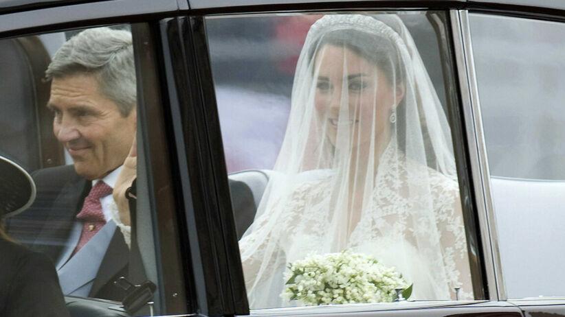 Księżna Kate w sukni ślubnej jedzie samochodem ze swoim ojcem w drodze na ślub