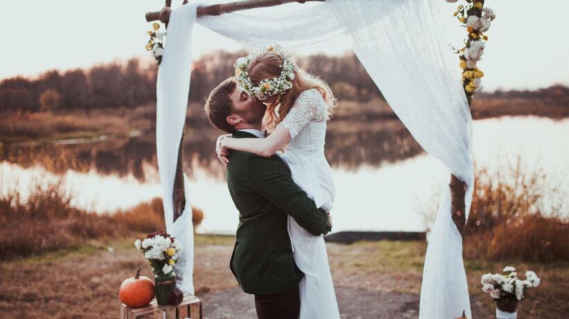 Para młoda całuje się po ślubie