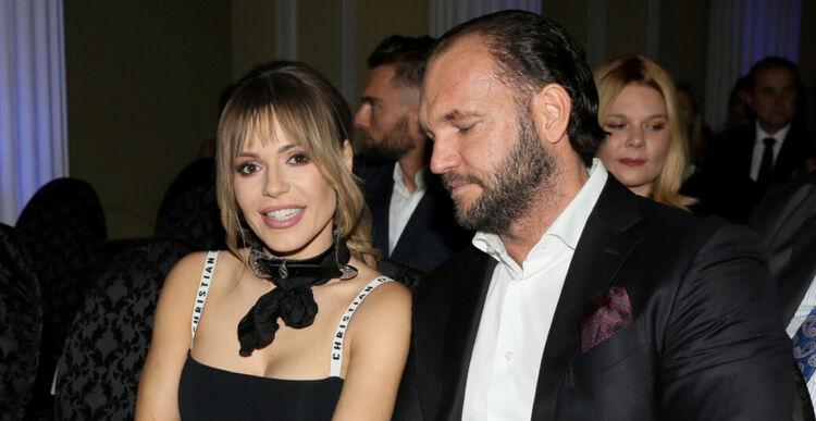 Doda w czarnej sukni i jej mąż w garniturze na imprezie branżowej