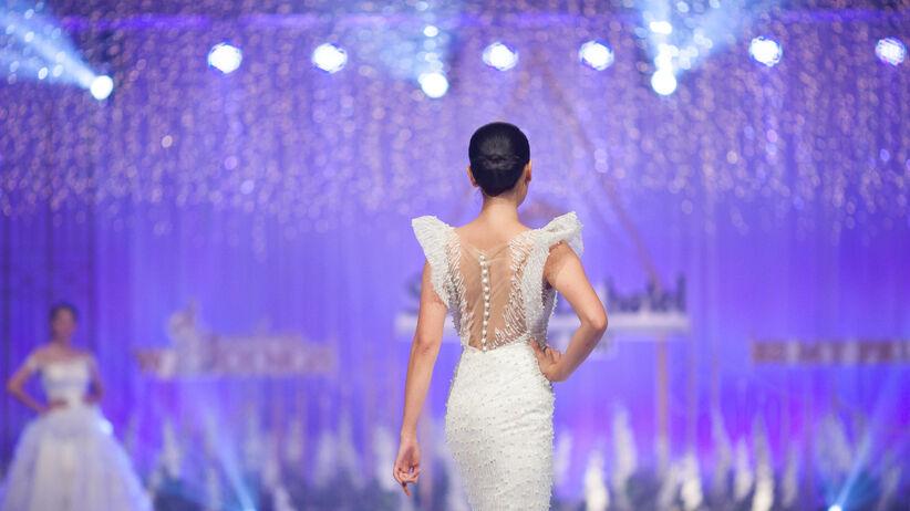 Modelki w sukniach ślubnych na targach ślubnych