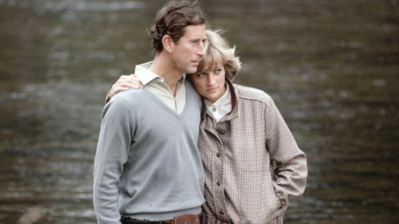 Książę Karol w szkockim stroju i księżna Diana w komplecie w pepitkę przytulają się w Balmoral