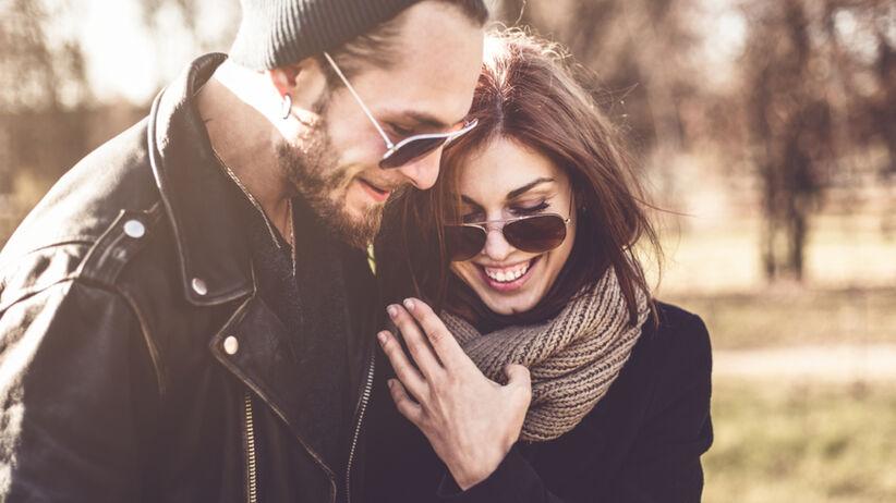 Zakochana para w skórzanych kurtkach podczas rocznicy ślubu