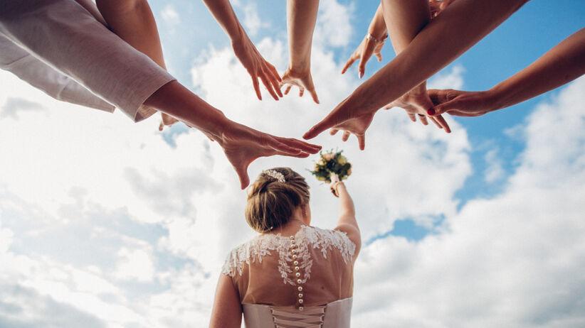 Panna młoda rzuca bukietem - wróżba ślubna