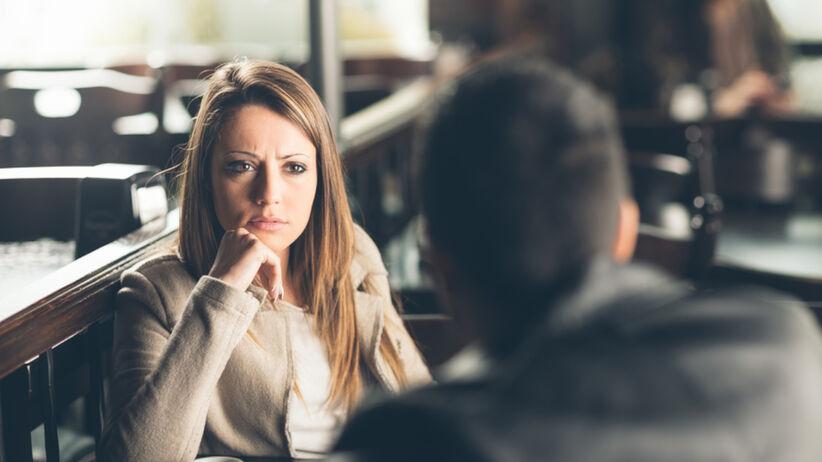 Toksyczna partnerka dyskutuje na spotkaniu ze swoim ukochanym