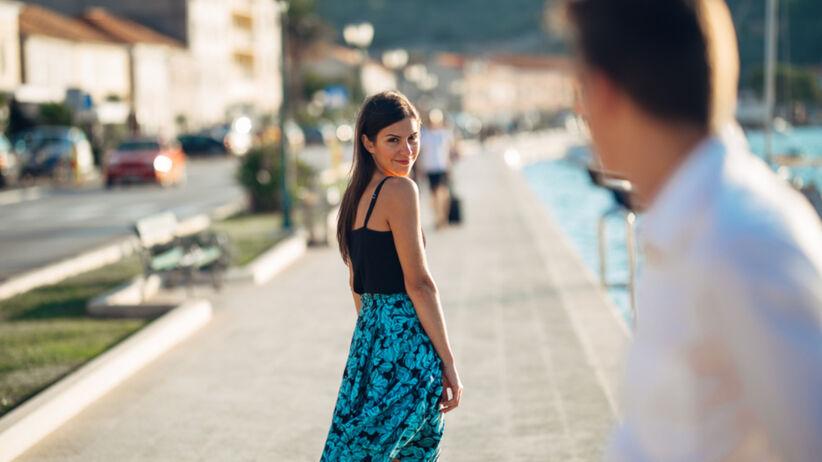 Atrakcyjna kobieta odwraca się na widok swojego byłego partnera