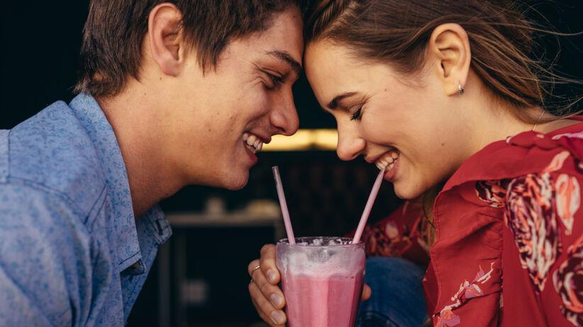 Dwójka zakochanych ludzi na randce