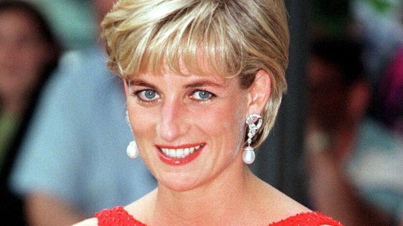 Księżna Diana uśmiechnięta w czerwonej sukience