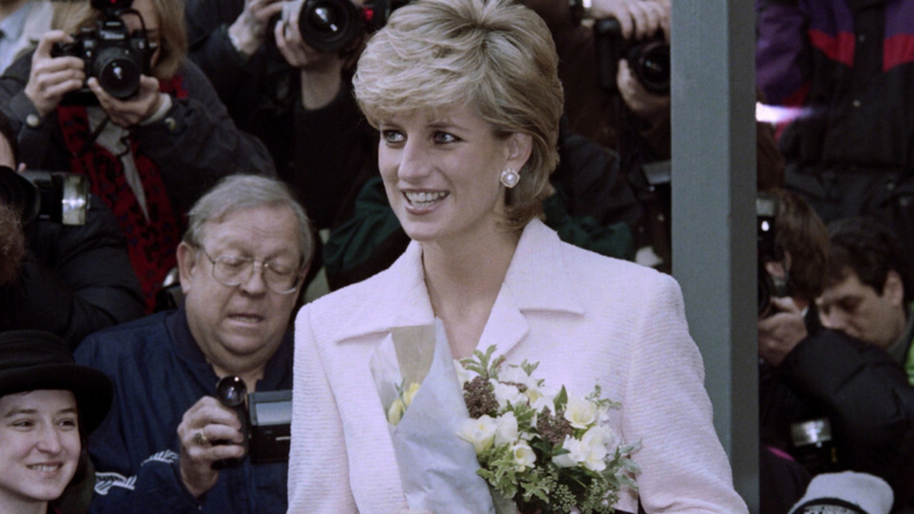 Księżna Diana w różowej garsonce wśród poddanych i paparazzi