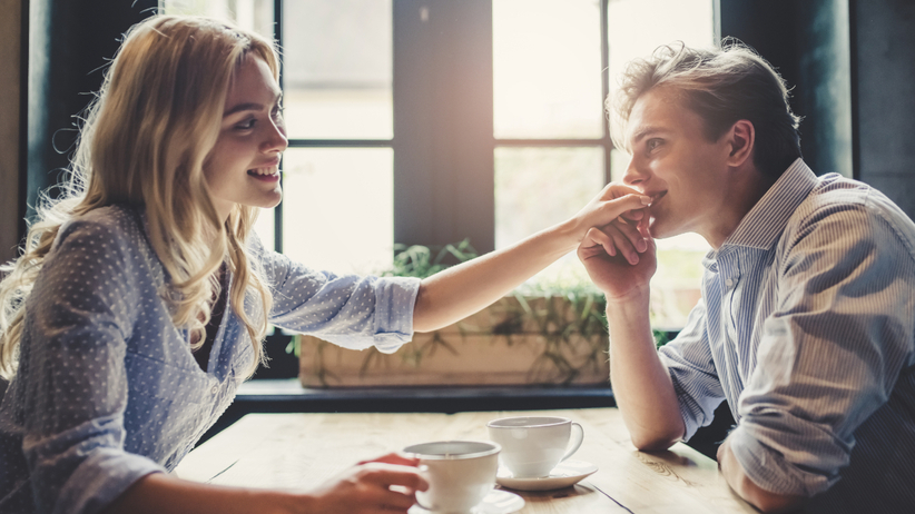 Para flirtuje w kawiarni