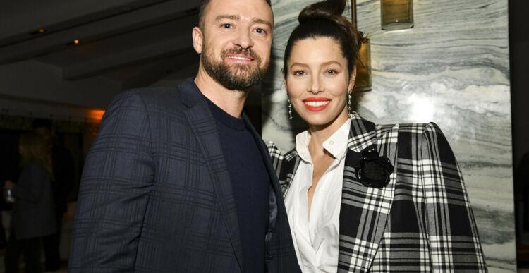 Jessica Biel w kraciastej marynarce i z czerwonymi ustami oraz Justin Timberlake w garniturze