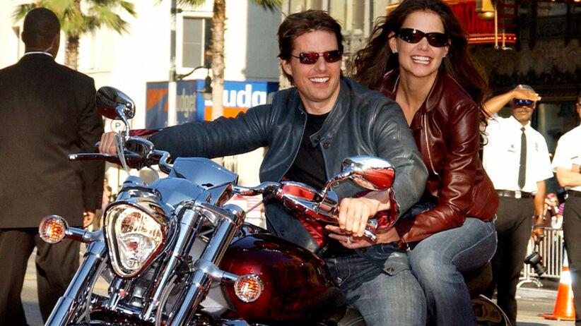 Tom Cruise i Katie Holmes w okularach przeciwsłonecznych wjeżdżają na motorze na czerwony dywan