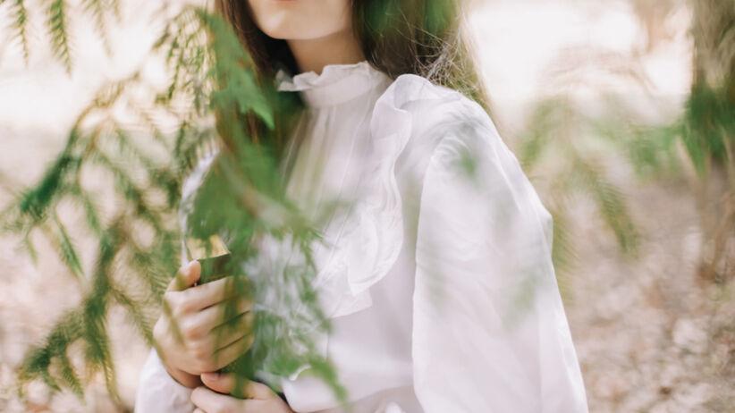 Młoda dziewczyna w białej romantycznej sukience