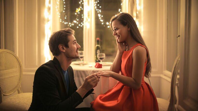 Najczęściej zaręczyny odbywają się w wyjątkowych okolicznościach.