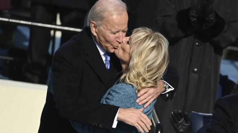Joe i Jill Biden całują się po zaprzysiężeniu nowego prezydenta USA