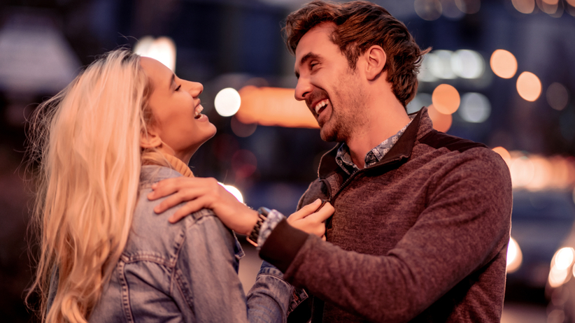 Para flirtująca ze sobą za pomocą wzroku