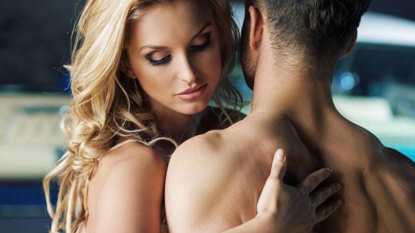 Piękna kobieta przed seksem z mężczyzną