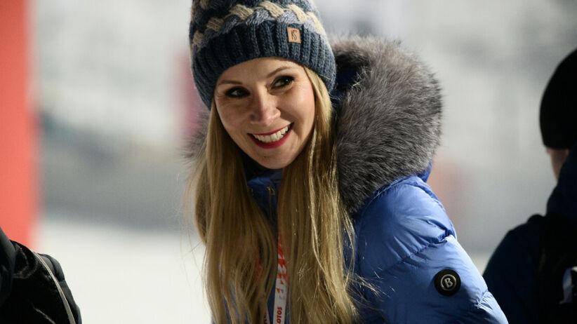 Ewa Bilan-Stoch w kurtce zimowej i czapce przy skoczni narciarskiej