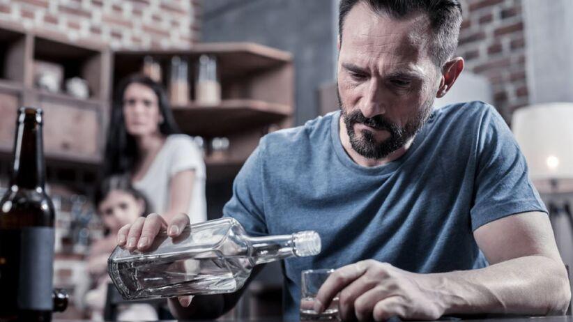 Bycie w relacji z osobą uzależnioną od alkoholu jest wyjątkowo trudne.