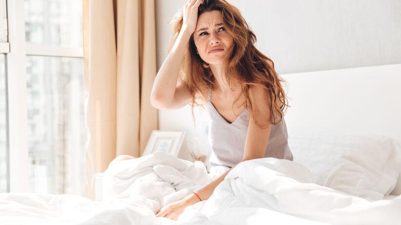Młoda kobieta w łóżku