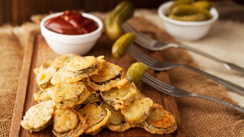 Smażone ogórki konserwowe w serowej panierce - ten przepis to hit TikToka