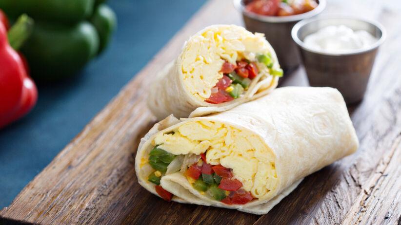 3 pomysły na śniadanie z tortilli: tortilla z łososiem, szynką i jajkiem