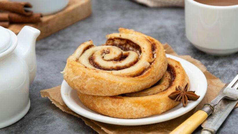 Cynamonki z ciasta francuskiego na deser i na śniadanie: szybki przepis